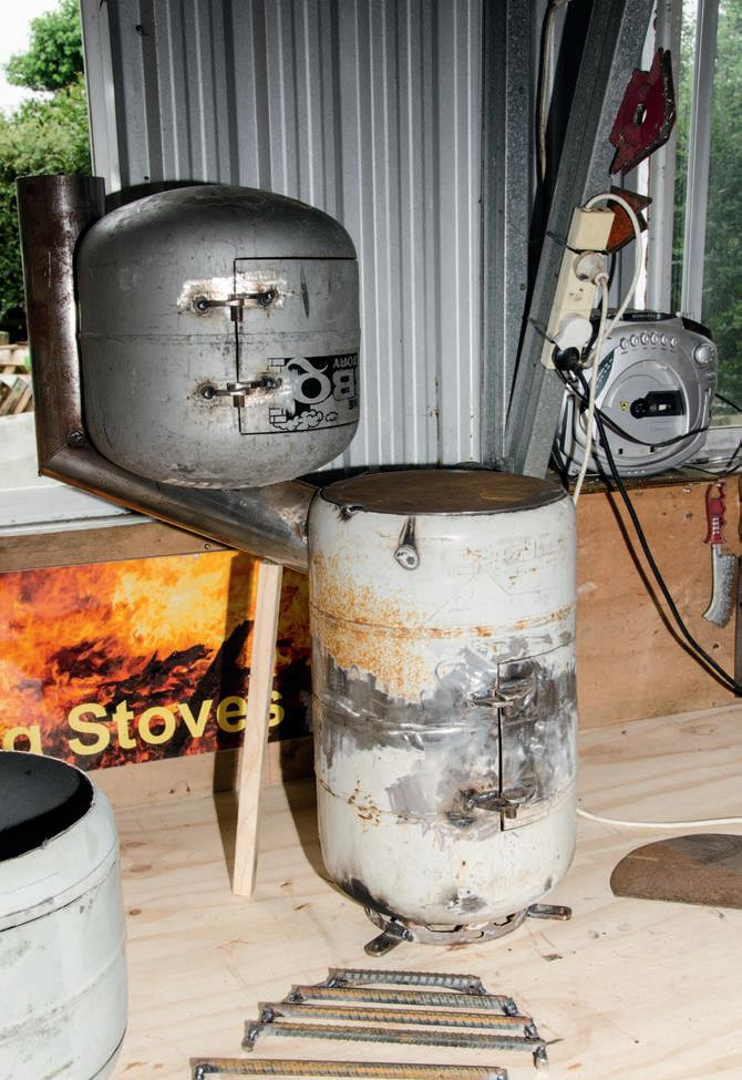 The profile of the stove with   the oven showing how the oven  attaches to the stove.
