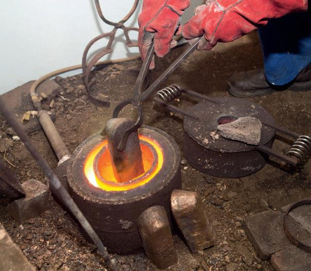Home-made equipment: the cast-iron water pipe joiner furnace and tongs
