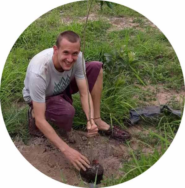 ROBERT STARTE  Pflanzt gerne, Baumaffin, liebt Ganzheitlichkeit, pflegt Pflanzen von klein auf, Design  Leitsatz: Setze auf kleine, langsame Lösungen  Lieblingsprinzip: Integriere statt abzugrenzen.