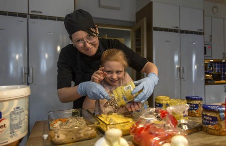 Sofia Nilsson får hjälp av Selma att laga kvällens husmiddag.