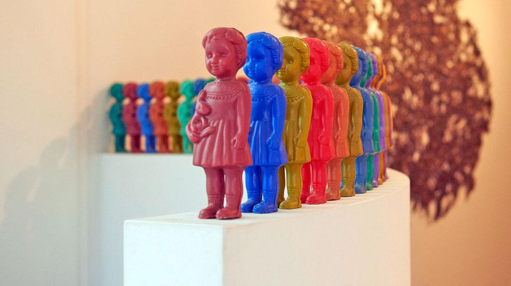 ....Gemeinsam sind wir stärker! Kunstinstallation aus Plastikpuppen im Haus von Manja Gideon. ..Together we're stronger! Art installation made of plastic dolls, located in Manja Gideon's home. .... ....© Fotografie: Mirjam Kluka..© Photography: Mirjam Kluka....