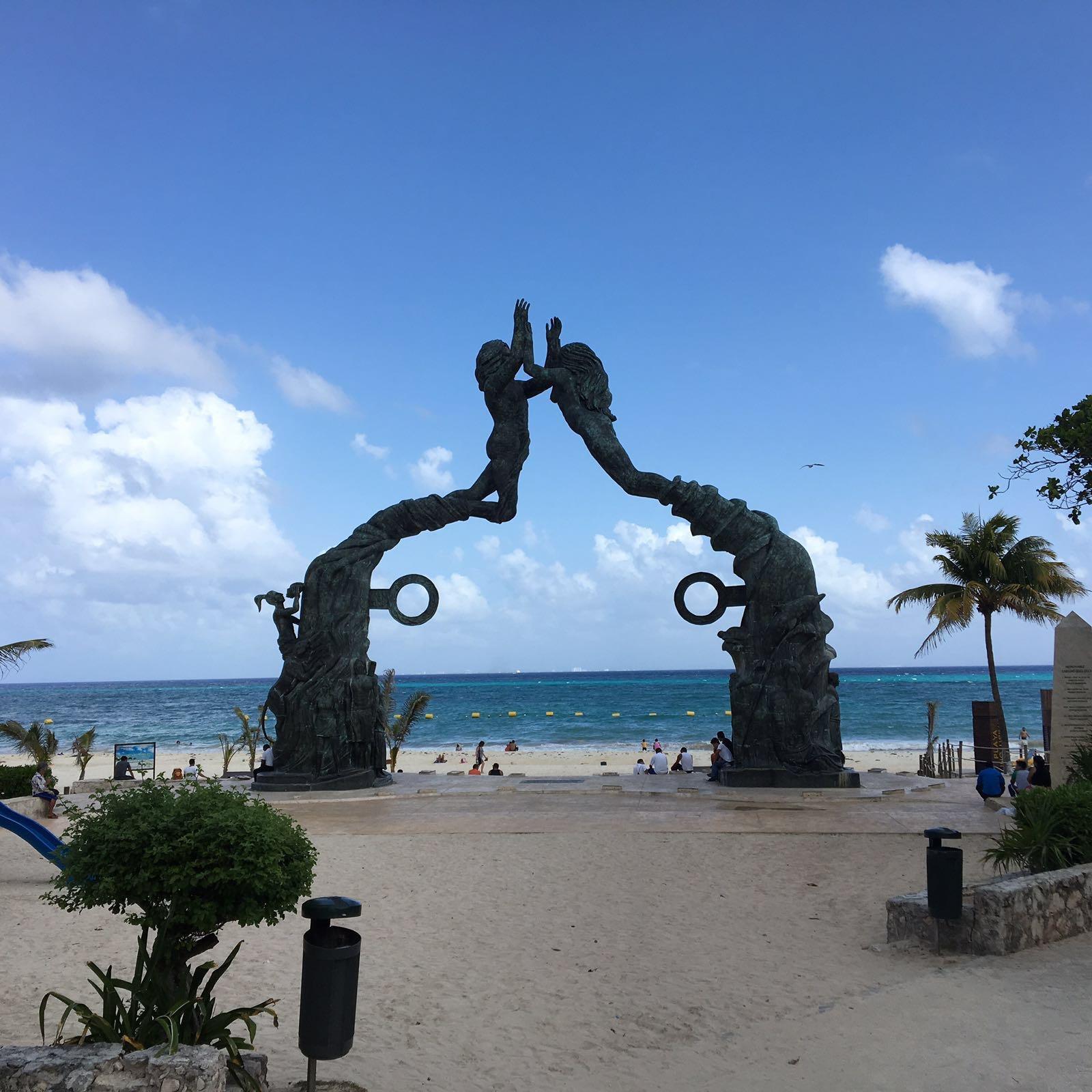 Monumento na entrada da praia pública de Playa del Carmen
