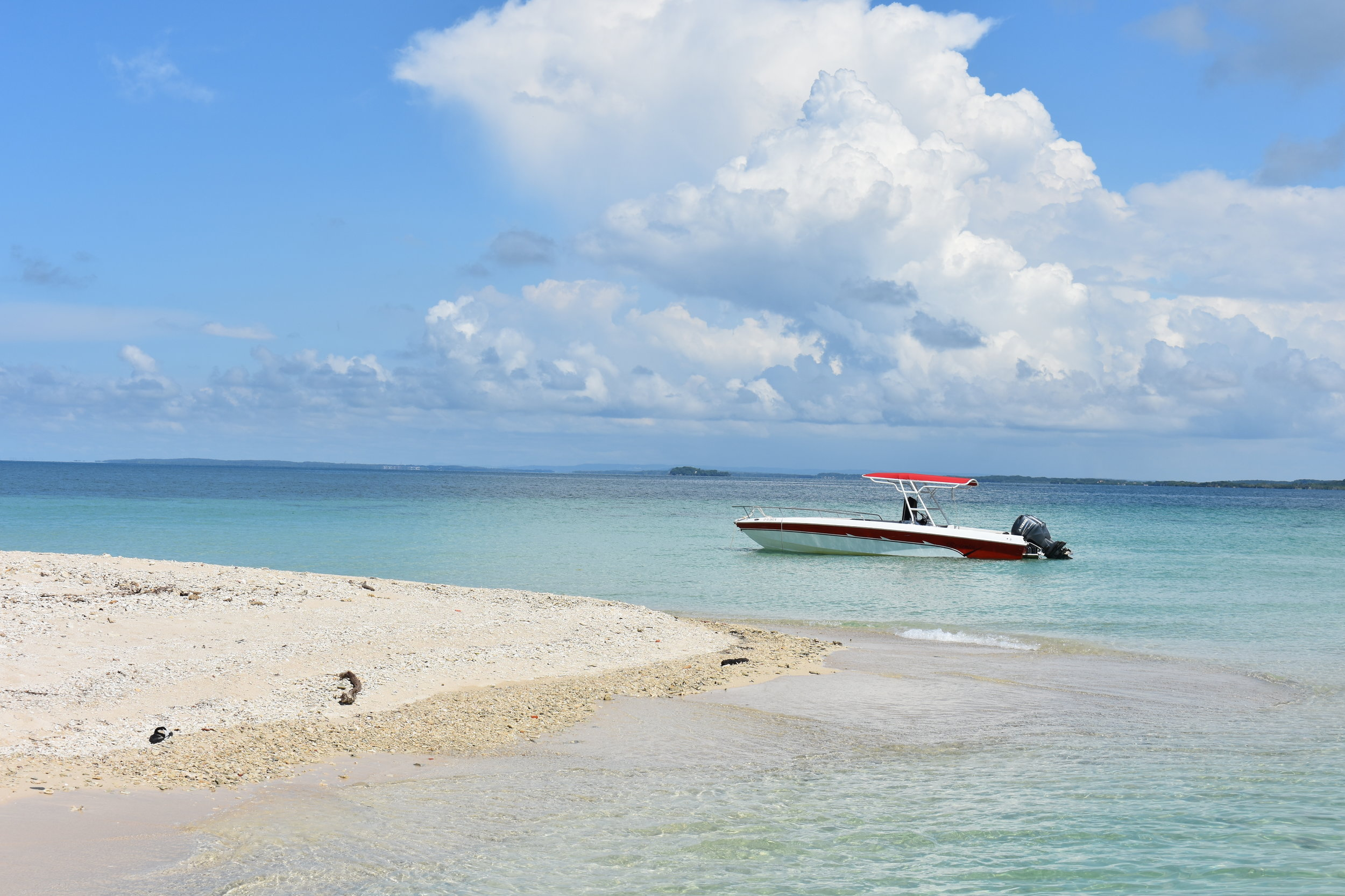 Bendita Beach, fica 20 minutos de barco da Isla Grande e tem areia branca e águas claras