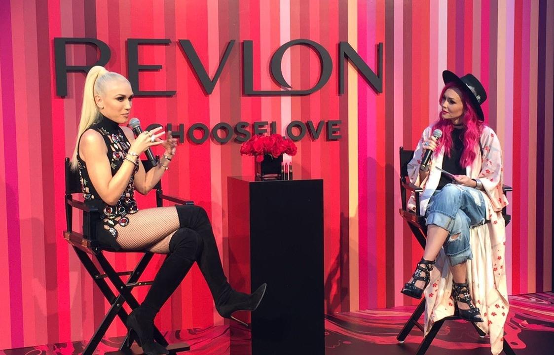 Gwen Stefani sendo entrevistada pela digital influencer Kandee Johnson
