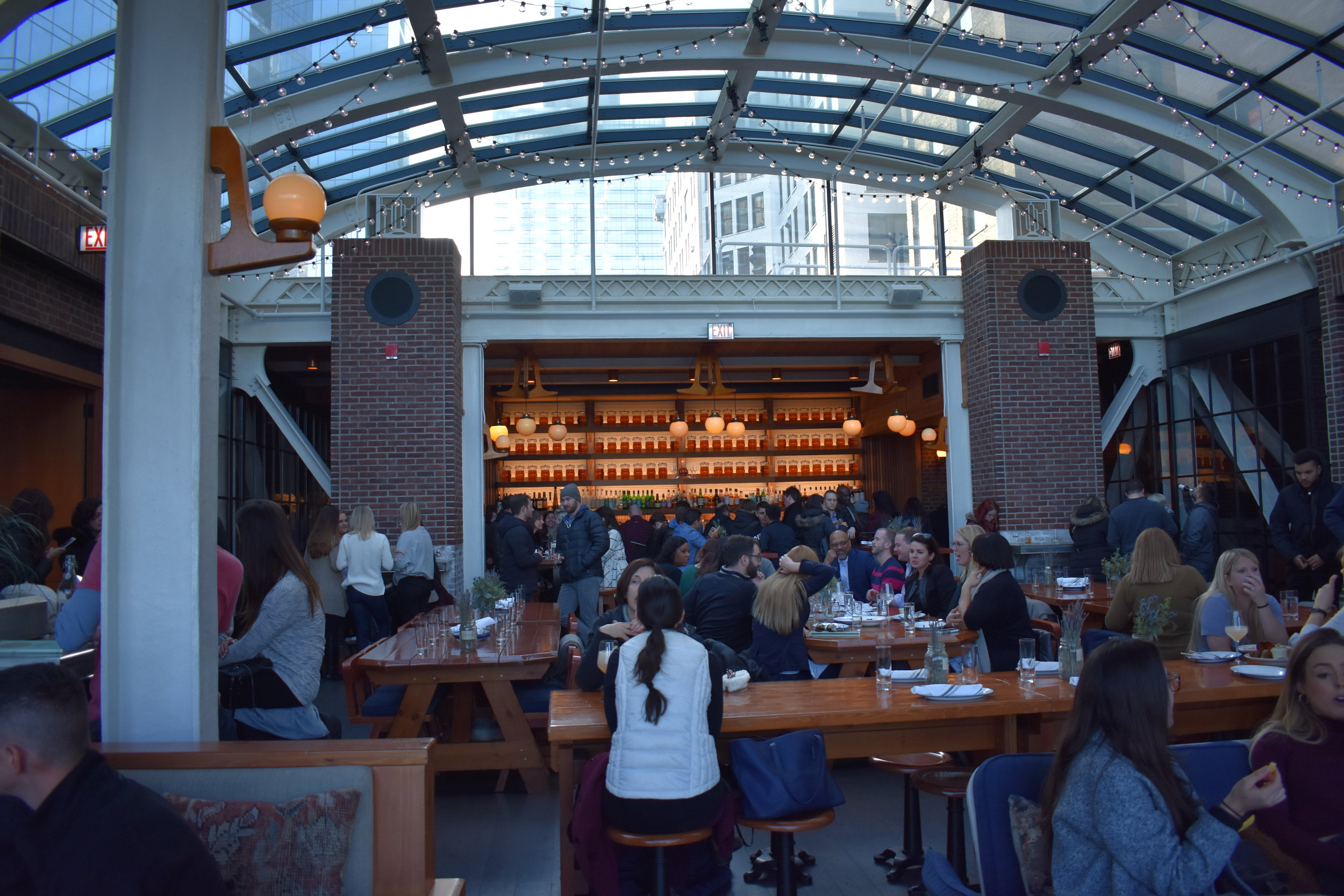 O bar ao fundo e as mesas do restaurante. Na foto você também consegue ver o teto transparente