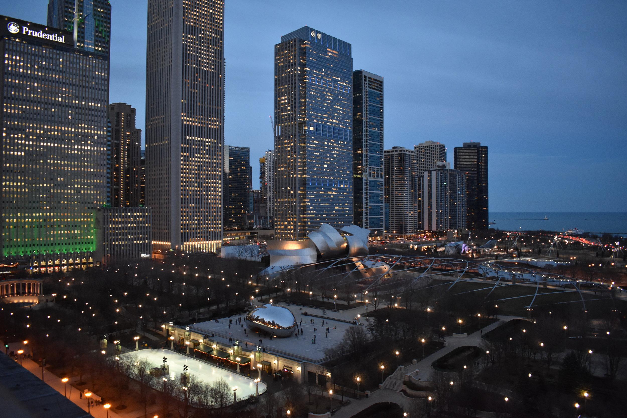 Vista do Cindy's Roftop para o Millennium Park, o Lago Michigan e mais à direita o Insituto de Arte de Chicago.