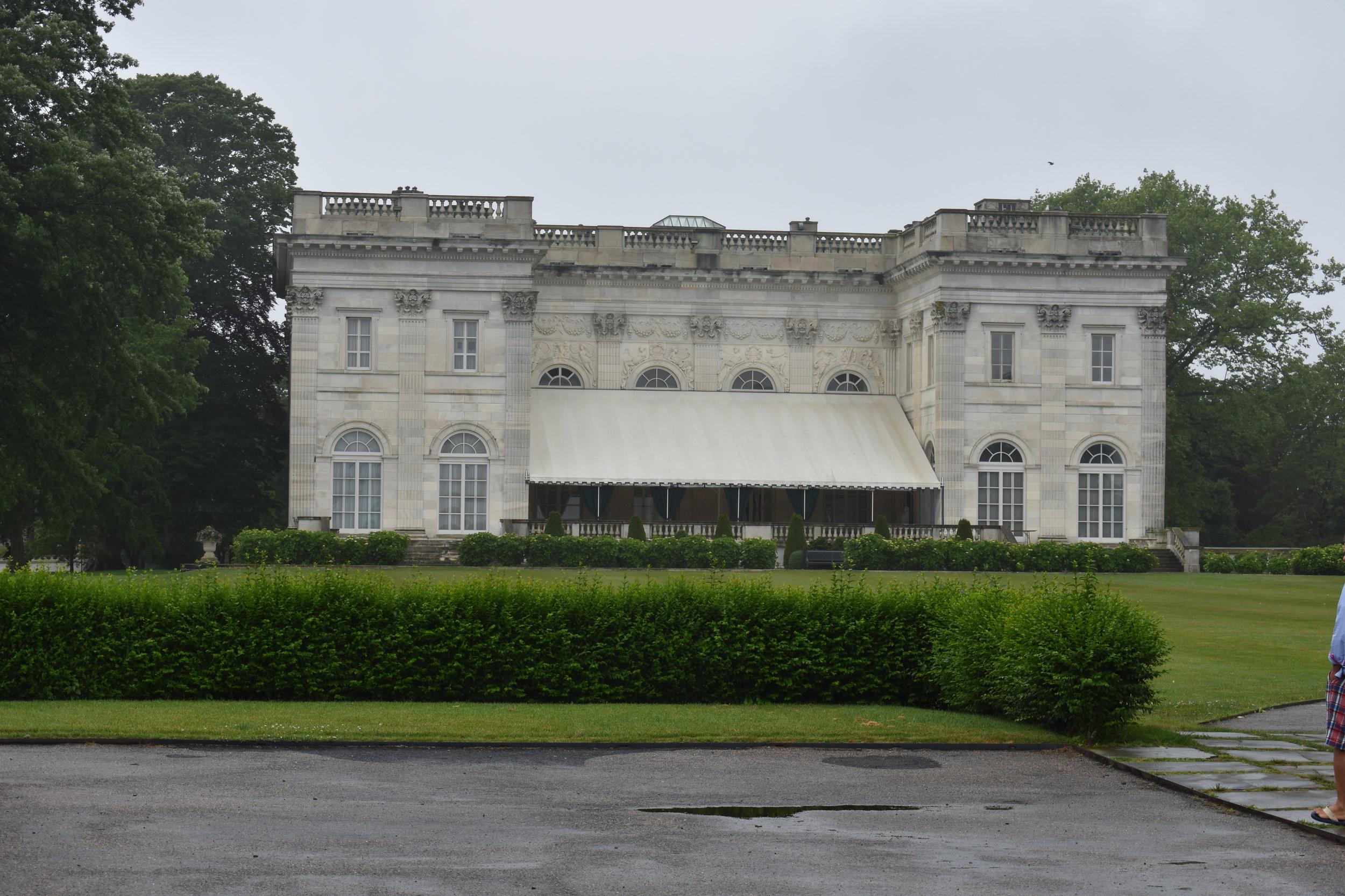 Os fundos da Marble House, considerada pequena para os padrões da região