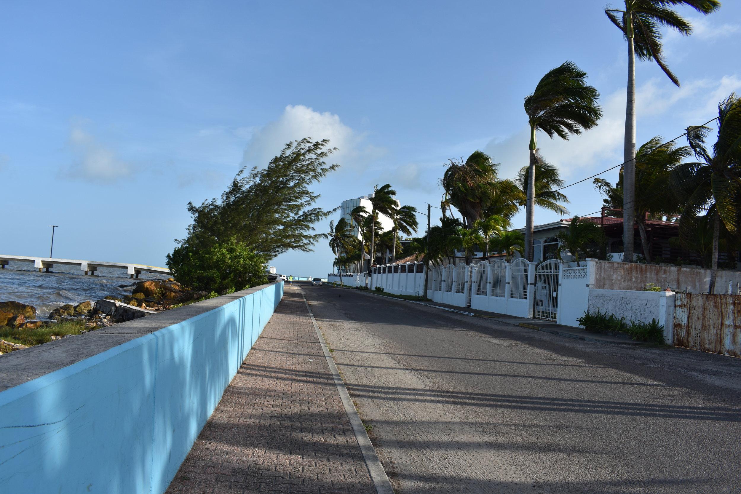 Belize City, construções simples, ruas vazias e um vento para refrescar.