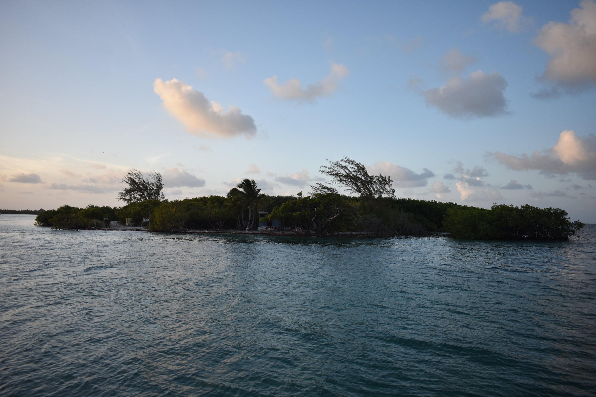 The Split, o Beach Club que fica na ponta da parte Sul de Caye Caulker, e você consegue ver a parte Norte. Perto, né?