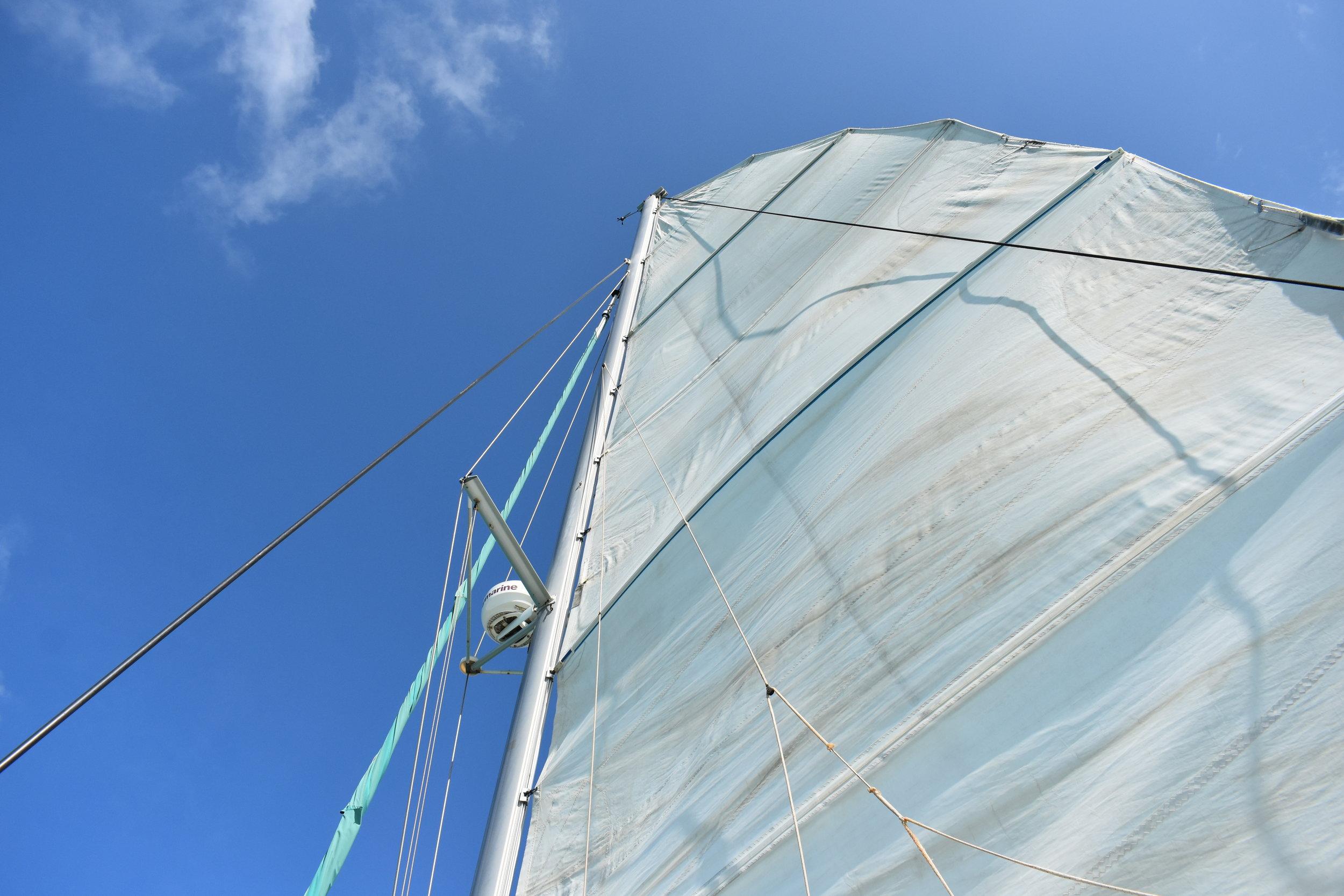 O catamarã tem espaço interno, mas o bom é ficar na rede pegando a brisa do mar.