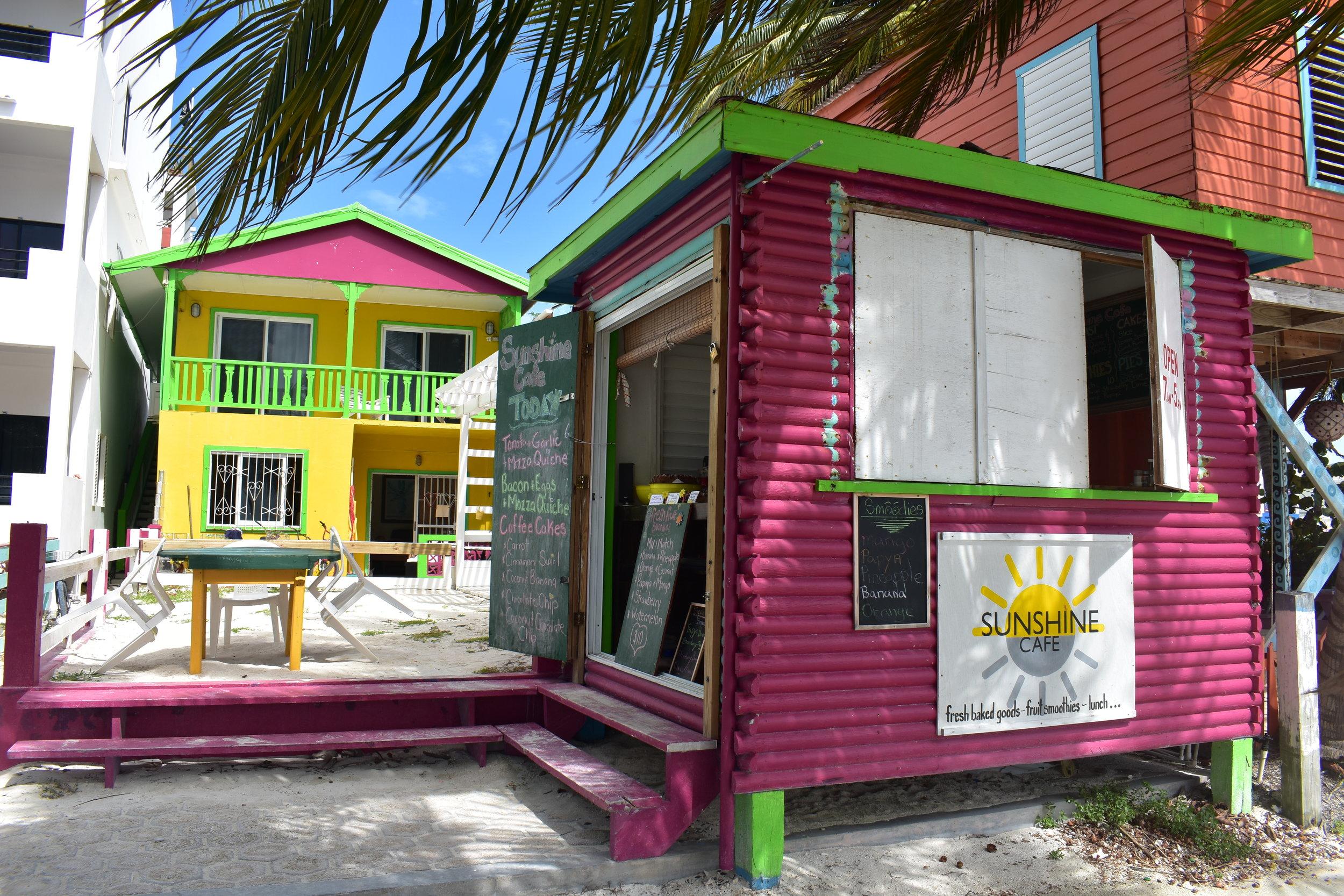 De frente para o mar, perto do Pier fica o SunShine Café: torta de nozes MARAVILHOSA e QUICHE DE TOMATE DELÍCIA, só aceitam dinheiro.