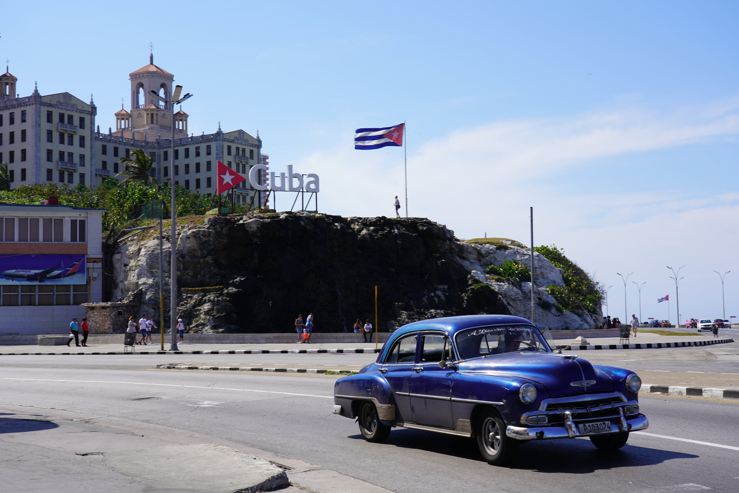 cuba-havana-hotel nacional - carro azul