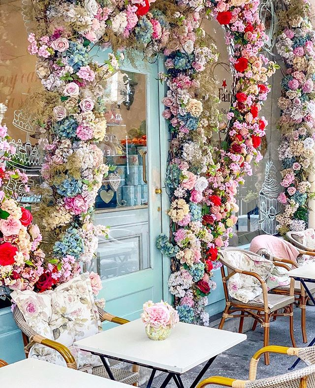 Hi friends ✨✨✨ We hope your weekend was as magical as this London scene.  Let's all take a deep breath, smell the roses and get ready for a fun and productive week! 🌸 🌺 🌸