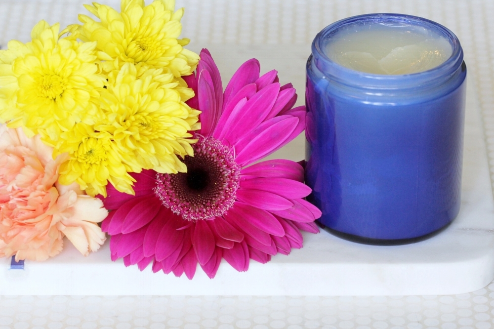 An amazing post partum belly balm recipe to help you tighten your stomach skin and see reduction in stretch marks. Find confidence and relief with this natural DIY recipe using essential oils and natural remedies.