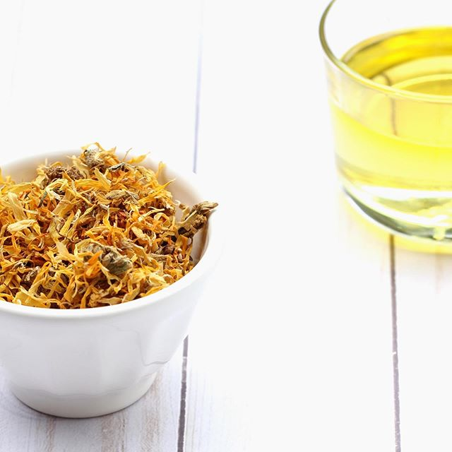 My latest #diybeauty post is up on the blog! If you have ever heard of the wonders of Calendula (or even if you haven't) I will show you how to easily make a Calendula infused oil that you can use for so many things! Calendula is great for dry and irritated skin like eczema and dermatitis and also has amazing healing properties so it's great for those with acne or scars. . Get the recipe on my blog by clicking the link in my bio! #diyskincare #naturalbeautyproducts #beautyhacks #naturalbathandbody #homemadeskincare #oilymama #oilylife #oilylifestyle #easydiy #betterbeauty
