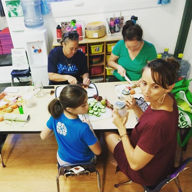 Mahalo nui to the ohana of Punana Leo for hosting me this week to talk about microbes, gut health, and Aina, and to practice making pickled veggies together from @key_project and @rootskalihi food hubs!