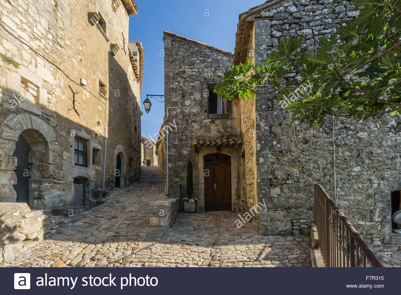 village-street-in-lacoste-provence-france-F7R315.jpg