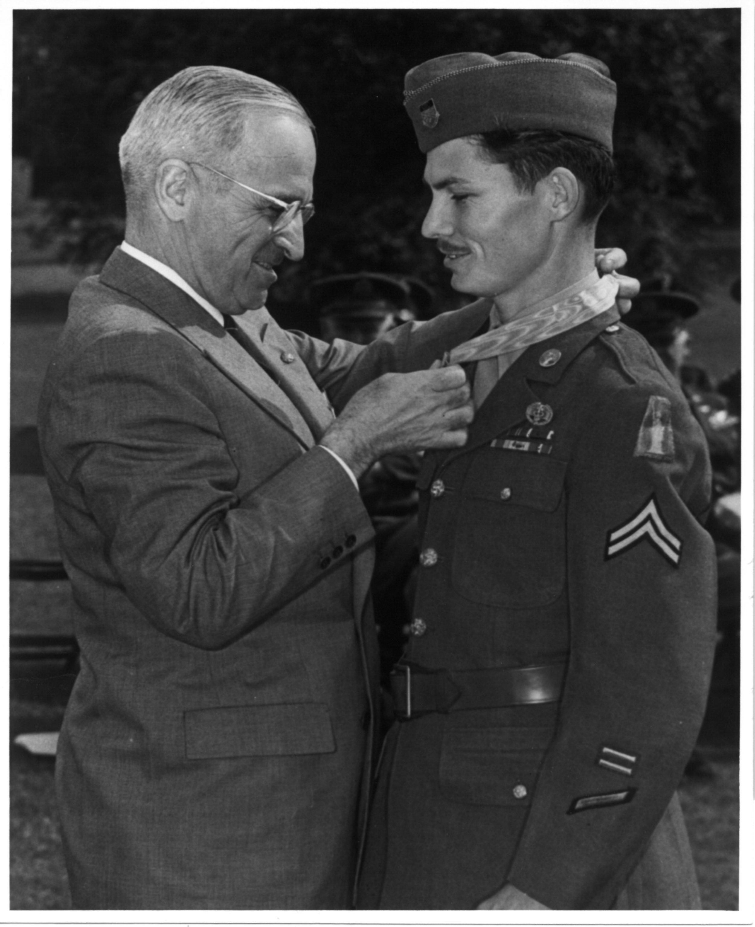 Desmond Doss receives Medal of Honor