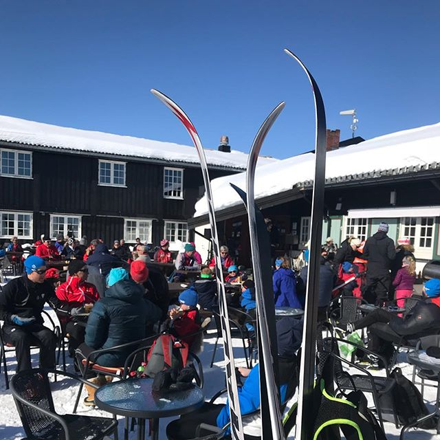 La skia stå! Nå kan du parkere skiene på stativene våre ute - da kan du spise og drikke godt uten å tenke på å skrape av snø/is før du reiser hjemover😎👌🏻