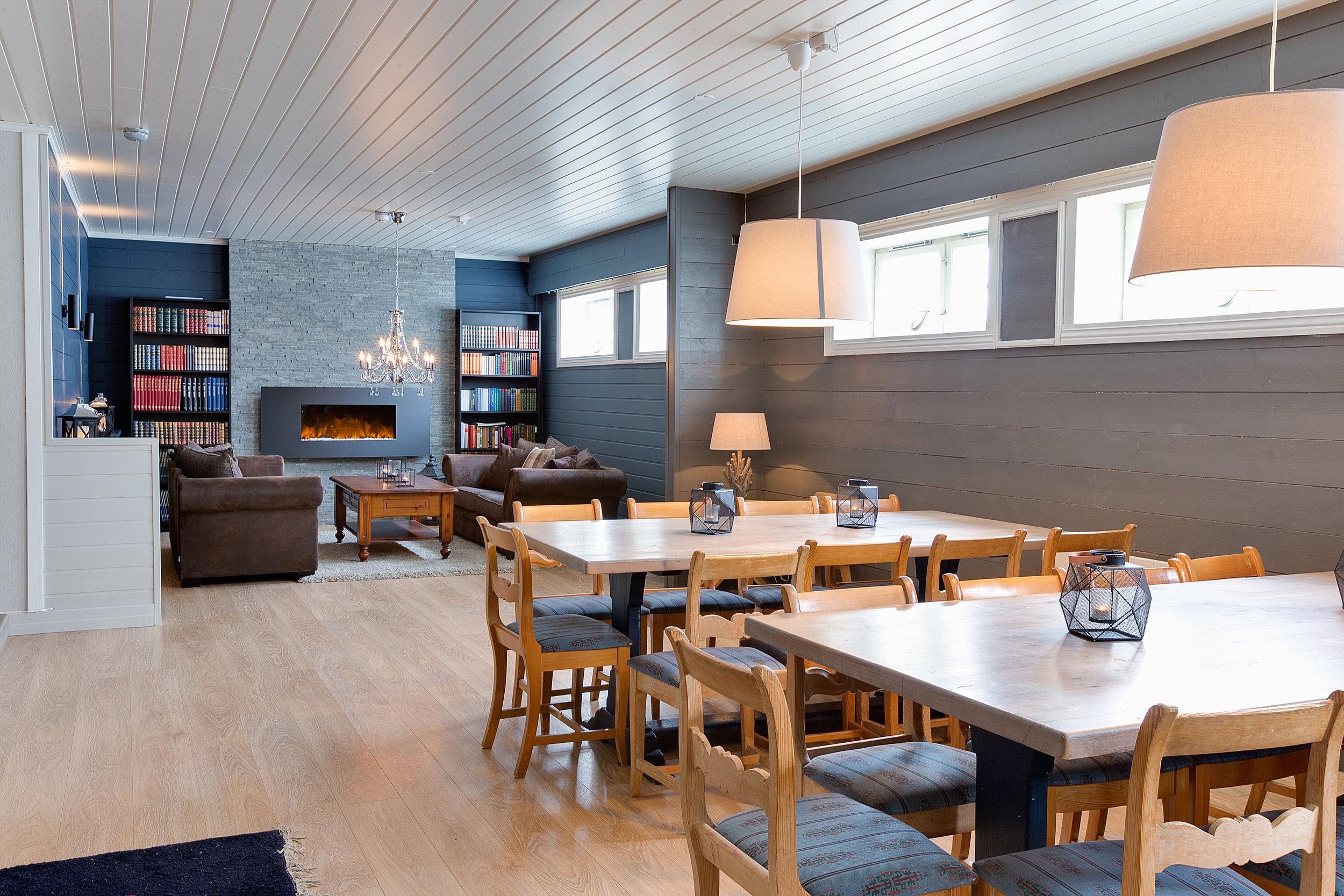 Biblioteket - Biblioteket ligger i underetasjen til Fjellstua. Biblioteket er nyoppusset med elektrisk peis, flere sittegrupper, projektor og musikkanlegg. Garderobe og toalett finnes i samme etasje.I Biblioteket kan bordene settes sammen til langbord, og det er plass til 20 - 40 personer.
