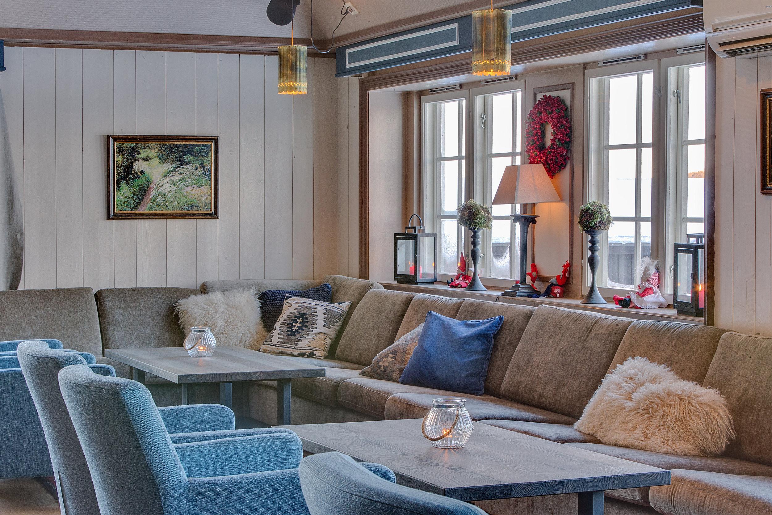 Restauranten - For større selskap anbefaler vi Restauranten i Fjellstua. Her er det fin utsikt mot fjellheimen, projektor, musikkanlegg og kort vei til toalett, salongen (t.v) og resepsjonen.I Restauranten kan man sette sammen bordene etter ønske, og det er plass til 10 - 150 personer til bords.