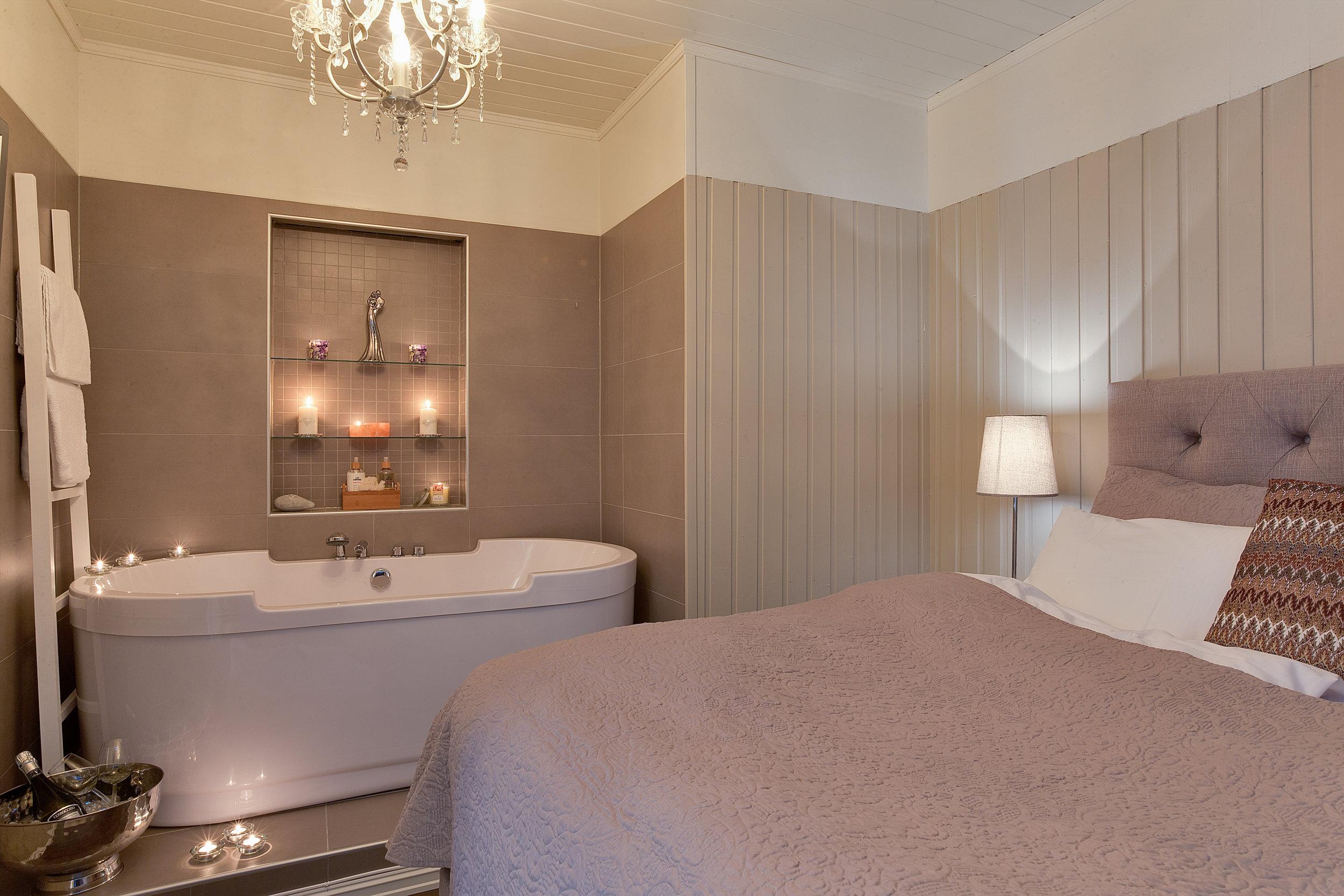 Suite - Vår suite har stue, peis, king size bed og badekar. Suiten er nyoppusset i 2017 og har WiFi, eletrisk peis og kabel-TV.For booking av suite kontakt oss på post@gomobu.no