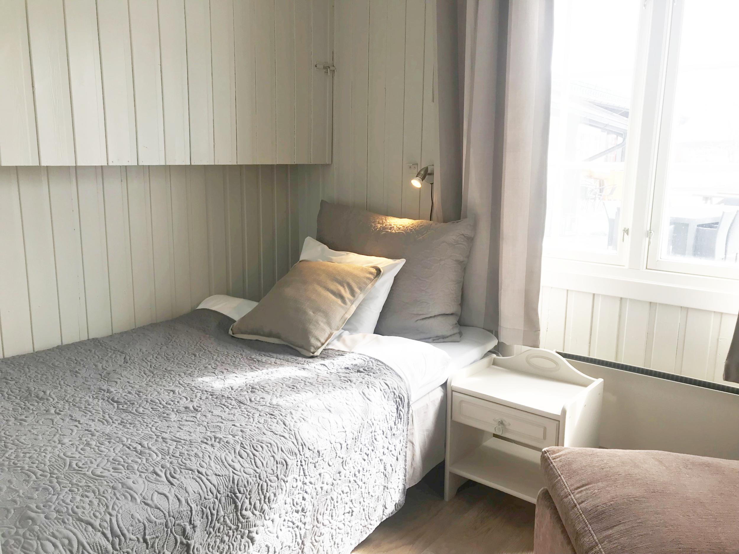 Enkeltrom - Enkeltrommene har køyeseng, og det varierer med 120 cm eller 90 cm i undersenga. Alle rommene er nyoppusset, har gratis WiFi og kabel-TV.
