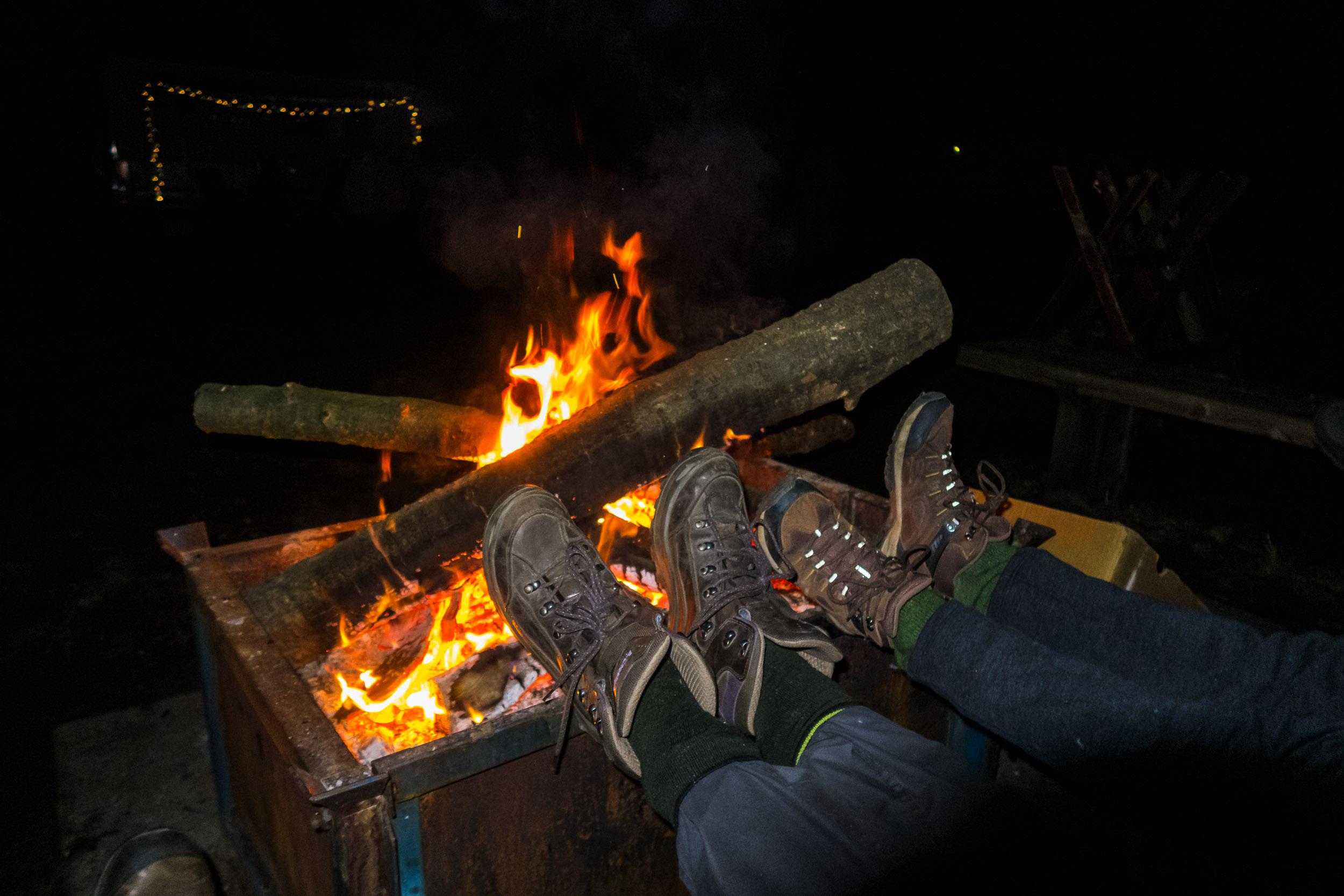 Lekker de voeten opwarmen bij het kampvuur!