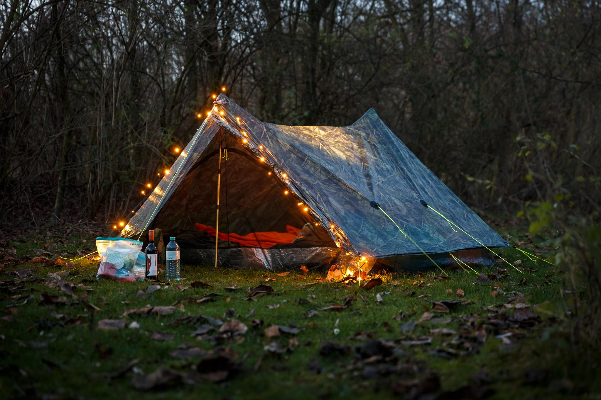 Kerst-sfeer tijdens het kamperen in de winter. Het sneeuwde toen we wakker werden!