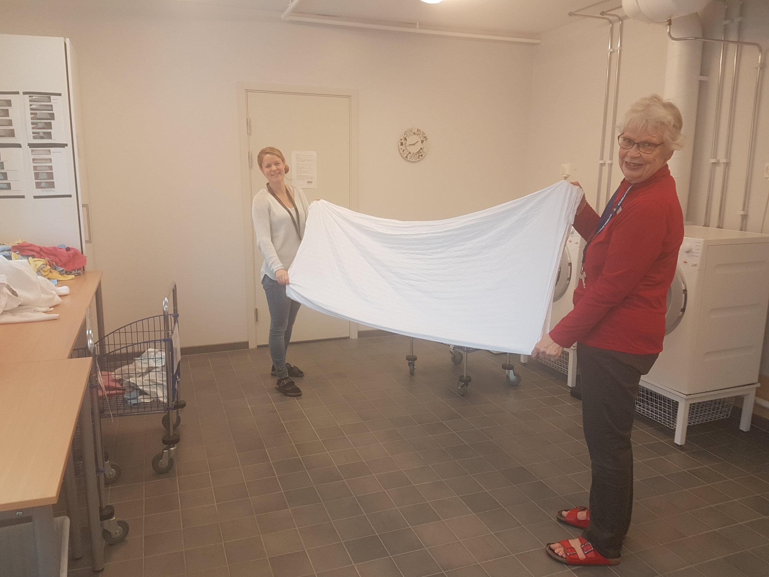 Sara och Ingrid tvättstugan.jpg