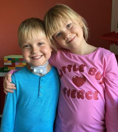 Tvillingsyster Agnes och mamma är alltid med. Ibland får storebrorsorna följa med, men oftast får de vara hemma med pappa och gå i skolan.