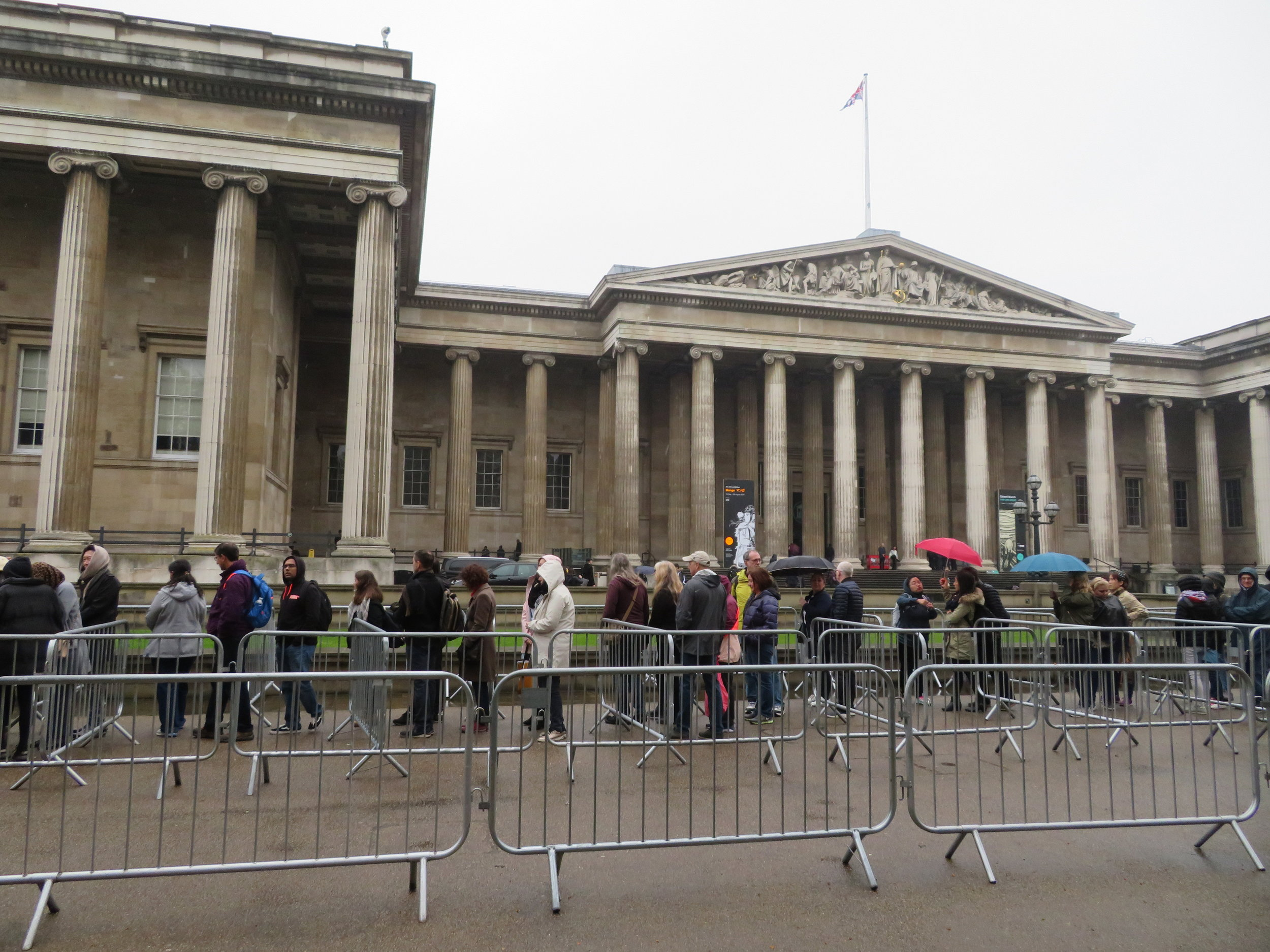 A very, very long queue at the British Museum. If we lived here, we'd be members.