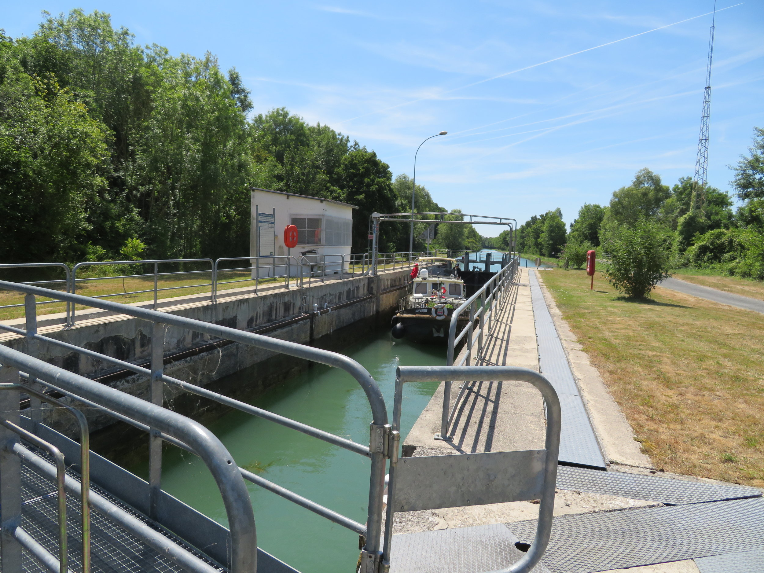 chatelraold-laChausee_operating the locks2.JPG
