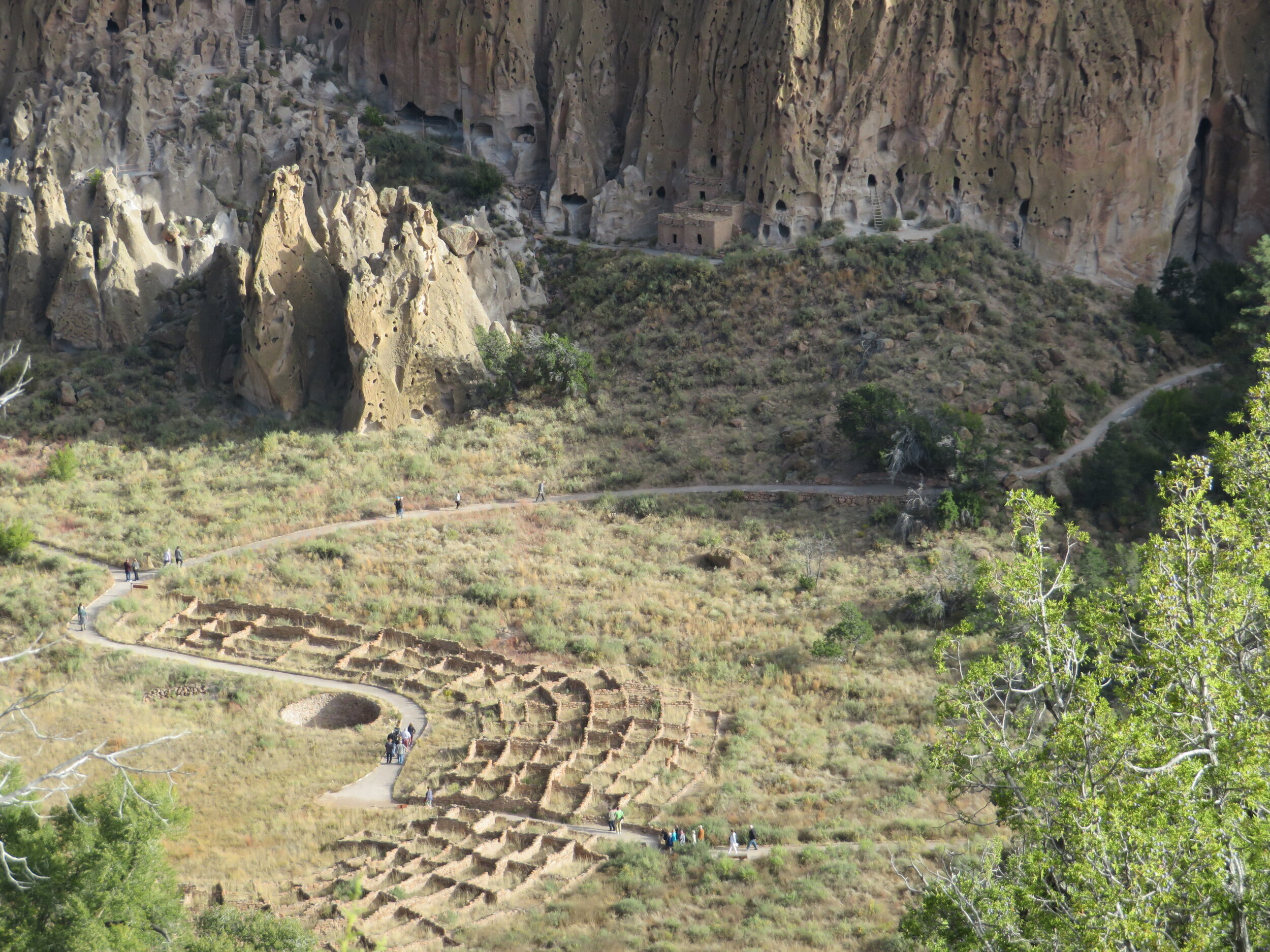 From the Frey Trail, we had great view of the ruins of the Tyuonyi (QU-weh-nee) village once inhabited by the Pueblo people.