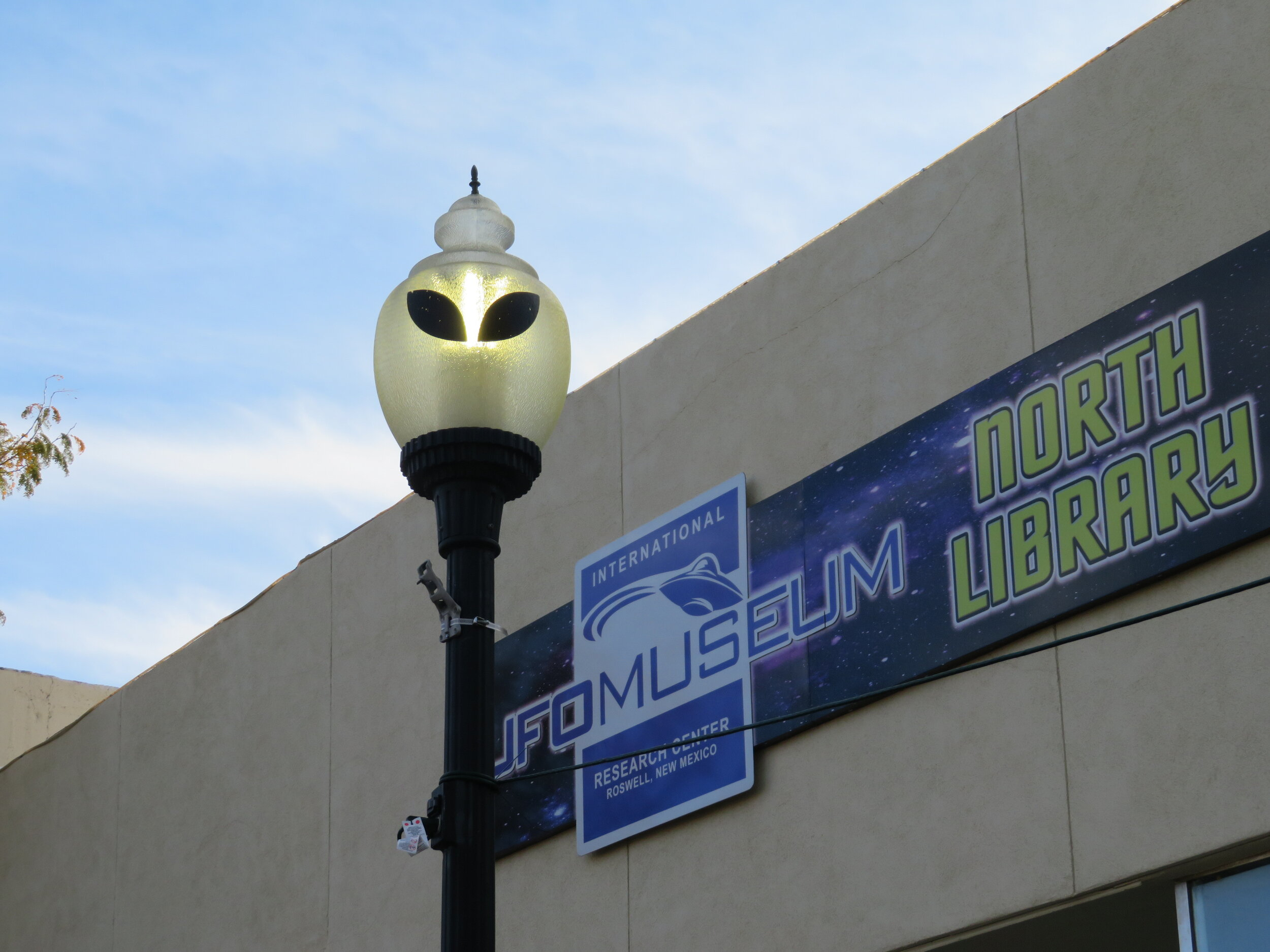Roswell-UFO-Musesum_even the streetlights.JPG