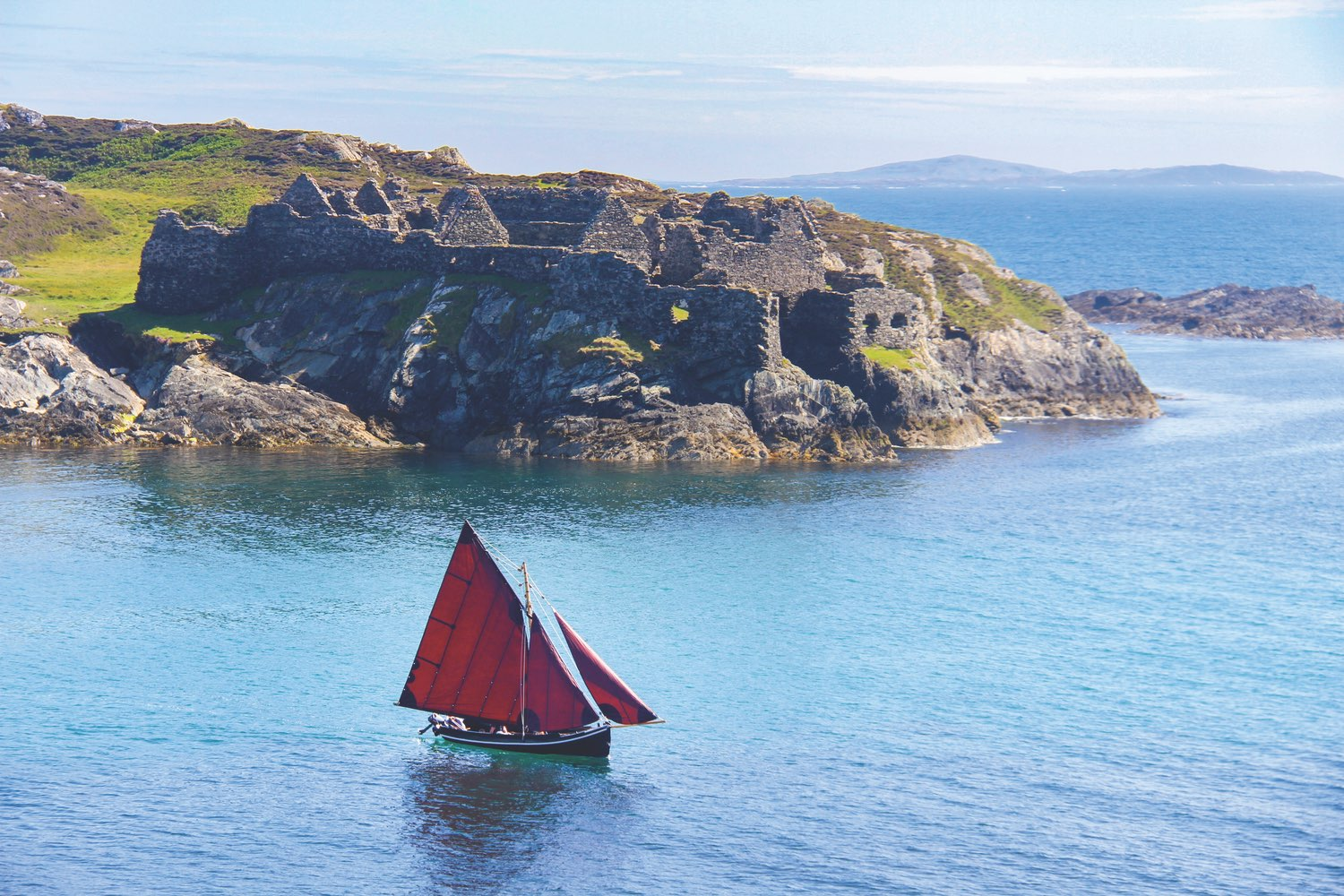An Inishbofin púcán, a traditional boat of Connemara, in full sail. Photo by Marie Coyne.