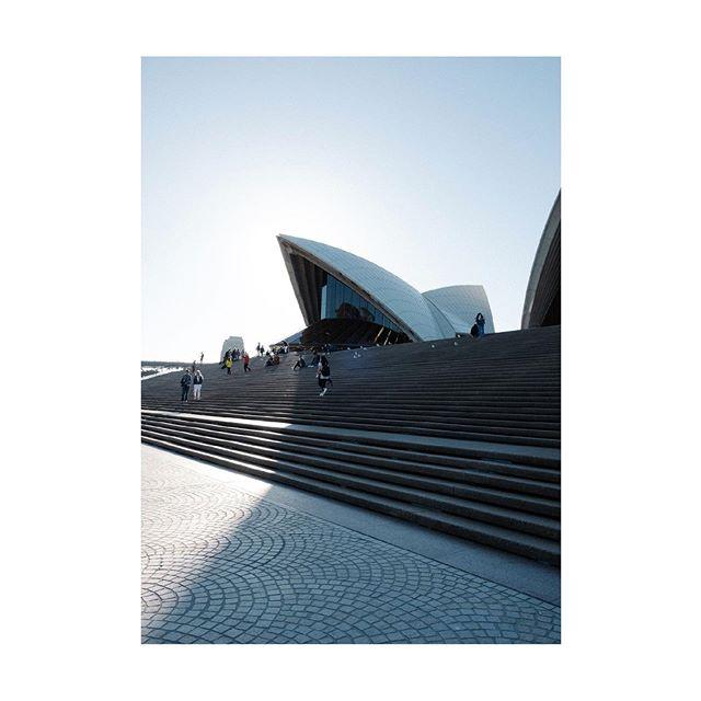 Last light at the opera house . . . . #artofvisiuals #photozine #chasinglight #exploretocreate #travelmore #earthoffical #beautifuldestinations #australia #roamtheplanet #oldtonecollective #solarcollective #lightzine