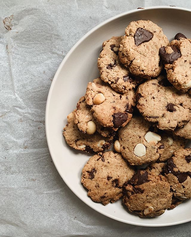 Today was just one of those days where cookies were needed. Recipe to these dark choc and macadamia cookies below 🍪 ... 1 cup almond meal 1 cup buckwheat flour 1/2 tsp baking powder Pinch salt 1/4 cup coconut sugar 1 tsp cinnamon 1 large egg 1 tsp pure vanilla extract 70grams coconut oil, melted 1/4 cup dark choc chips (I just chopped up @greenandblacks DF dark chocolate) 1/4 cup chopped macadamias  Heat oven to 150 degrees Celsius. Mix all dry ingredients together. Whisk together egg in a seperate bowl then add to dry mixture with coconut oil and vanilla. Spoon mixture onto lined baking tray and bake for 15mins.  Makes 16 cookies and they're delish 💚