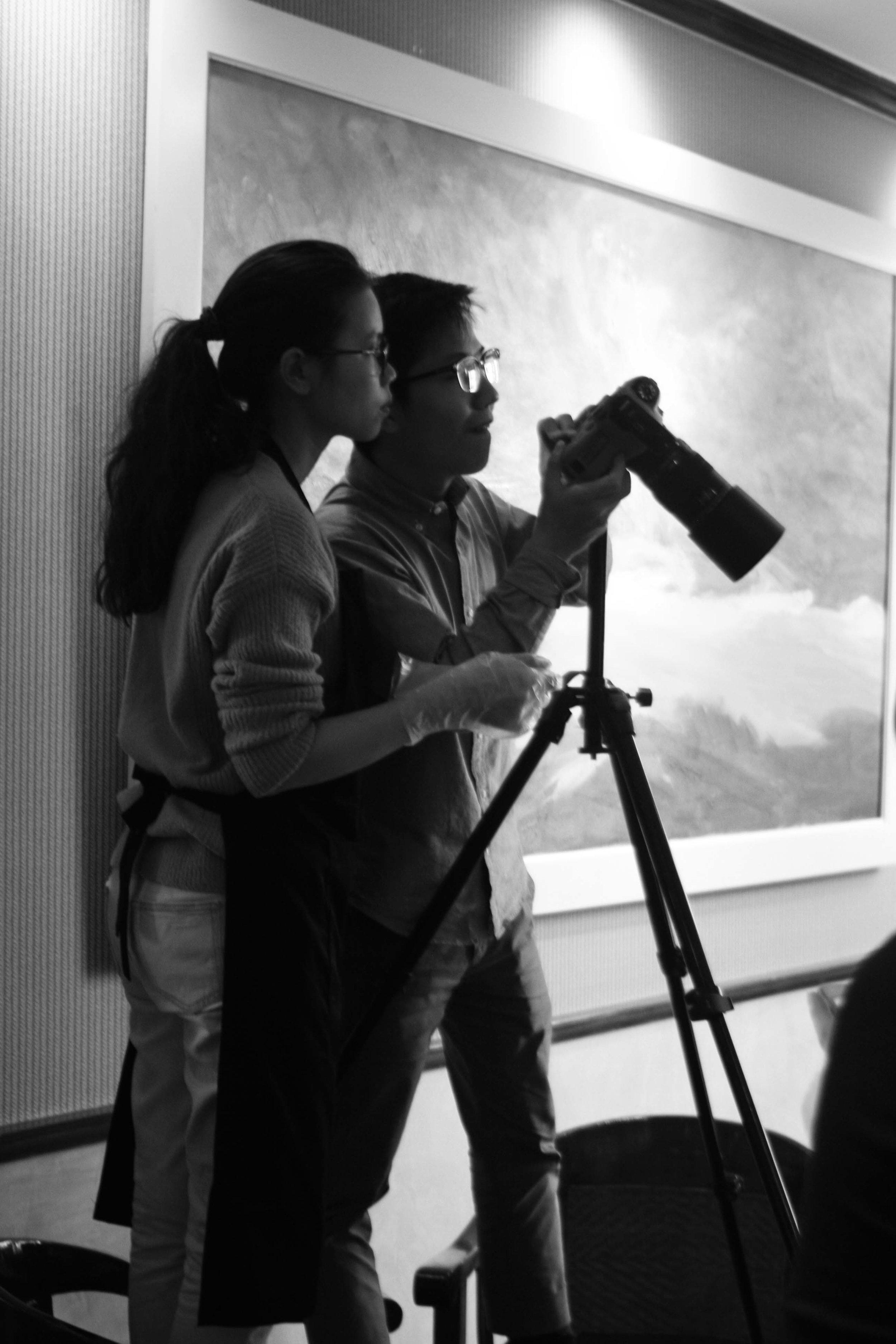 Tôi và Thùy Dương cùng nhau đứng lên ghế để căn chỉnh cho bức ảnh chuẩn bố cục. Chân máy lúc này đã được kéo tối đa và bonus thêm chiều cao của 3 cái ghế! :)) ( ảnh 2016 )
