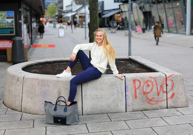 Genser fra FWSS – Bukse fra Reiko – Sneakers fra Selected Femme – Bag fra Anine Bing
