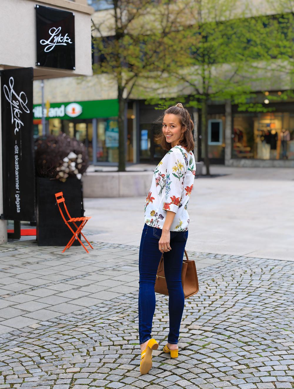 Blomster bluse fra Selected Femme – Bukser fra Reiko – Sandaler fra Heartmade by Julie Fagerholt – Bag fra Anine Bing
