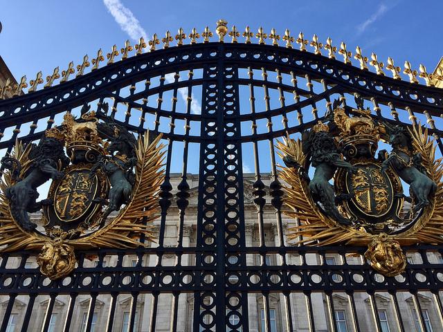 Gates of Buckingham Palace.jpg