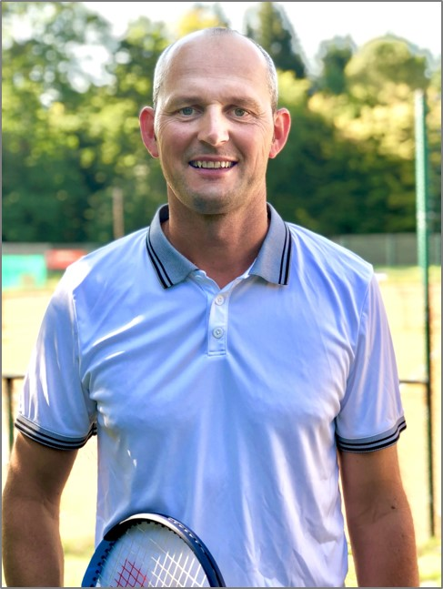 Kacper Cecek - Wir freuen uns verkünden zu können, dass wir ab dieser Saison einen der besten Trainer unseres Landkreise auf unserer Anlage begrüßen können. Der ehemalige ATP-Spieler wird Euch und euren Kids mit seiner Erfahrung und Witz viel Freude mache.