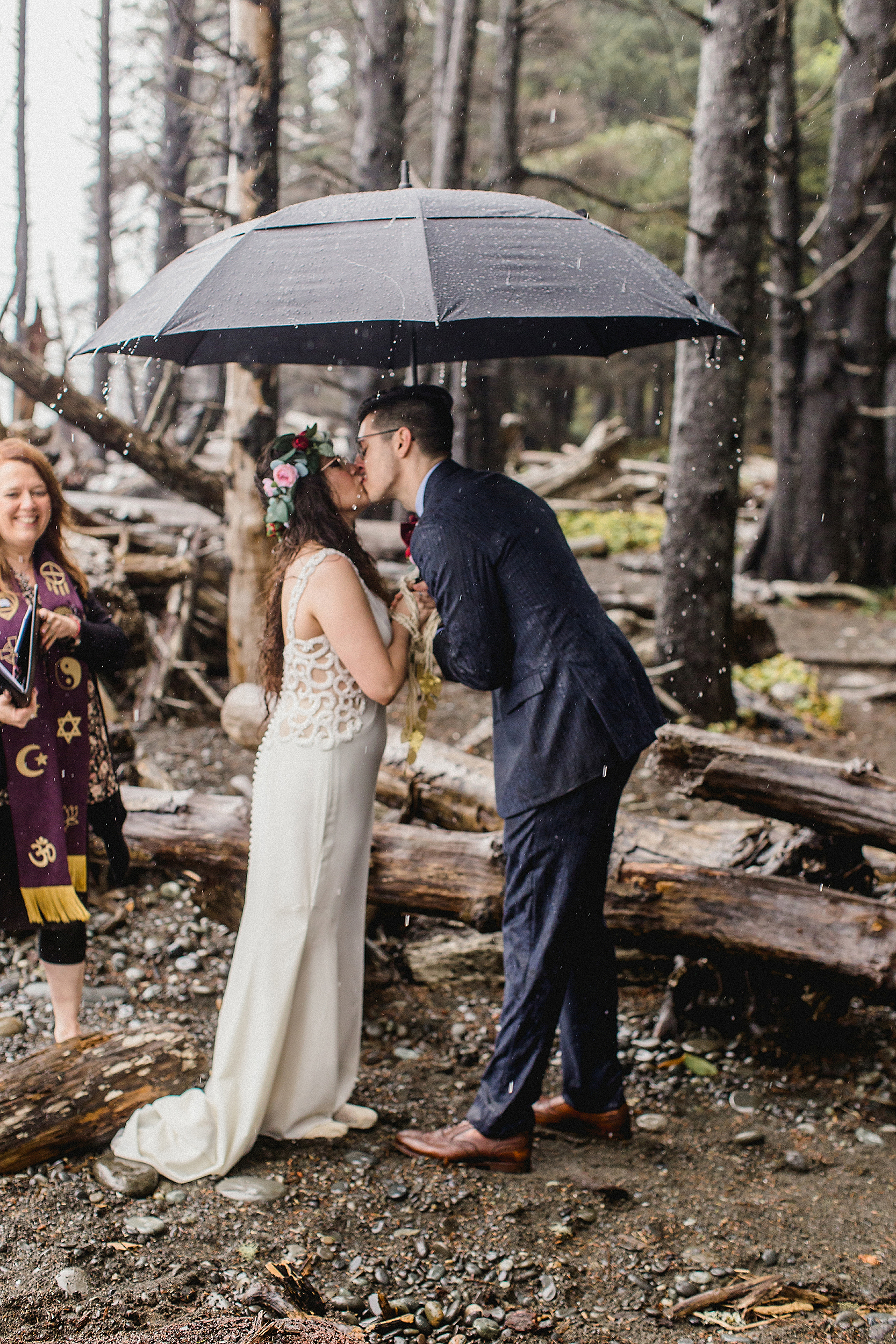 first kiss under the natural arbor