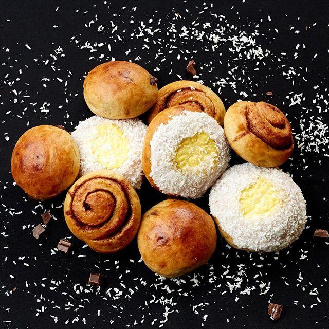 Flotte bakevarer fra @norskurkorn bakt på økologisk spelt.  Different types of buns from @norskurkorn baked with organic spelt flour.  #bakevarer #buns #boller #kanelsnurrer #organic #økologisk #spelt #mel #lokalmat #norskurkorn #trøgstad #østfold #norgetrengerbonden #norskmat #debio #regionalmatkultur #culinaryeurope #dessert #skolebrød #cinnamonswirls #foodpictures #instafood #foodphotography #Canon #canon5dmark3 #flashphotography #regionalmatkulturoslofjord #smdv