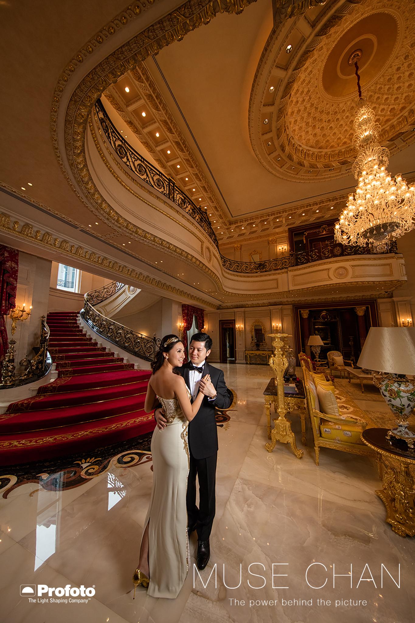 Leakhena 家中的大廳設計實在非常的美麗,用金碧輝煌來形容就最貼切了,我最喜歡便是那條長長的樓梯呢!