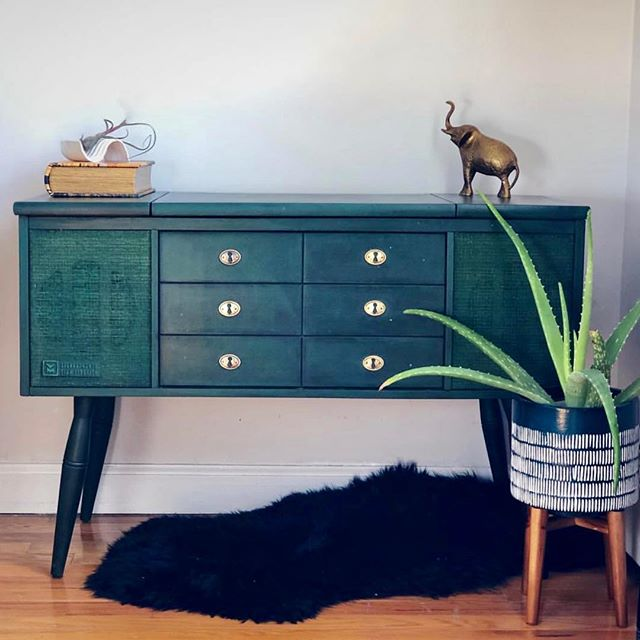 Some Saturday up-cycle inspiration by @thebrooklynpillowco featuring @anniesloanhome. What do you have planned for your next home project? . . . #anniesloaninspiration #anniesloanpaint #anniesloanchalkpaint #anniesloanstockist #anniesloanhome #antique #upcycled #beforeandafter #interiordesign #interiorinspo #transformation #diy #homedecor #midcenturymodern #brooklyn