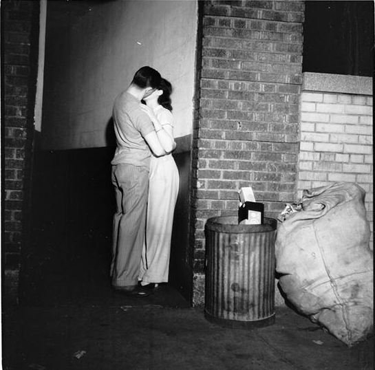 stanley-kubrick-couple-kissing-in-alley.png