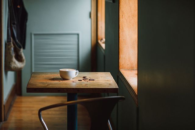 Pull up a chair and stay a while.⠀ You will quickly see why our cafe is a local favorite. ⠀ .⠀ .⠀ .⠀ .⠀ #smalltowncafe #coffeetime #friendlycafe #organicmenu #veganmenu #beantobarchocolate  #chocolaterie #artisanchocolate #eatdarkchocolate