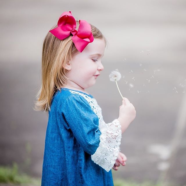 When you look at a field of #dandelions you can either see 100 weeds or 1,000 #wishes! . . . . . #columbusgafamilyphotographer #familyphotography #dandelionwishes #cutie #makeawish #columbusga #colga #colgaphotographer